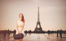 Piękna rudzielec kobieta od prowinci przychodził podbijać Paryż obrazy royalty free