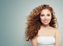 Piękna rudzielec kobieta z długim zdrowym podmuchowym kędzierzawym włosy, jasna skóra zdjęcie royalty free