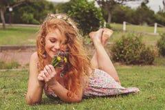 Piękna rudzielec w naturze Fotografia Royalty Free