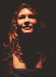 Piękna rudzielec w zmroku Zdjęcie Stock