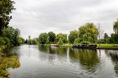 Piękna rzeka z łodziami w zielenieje parka fotografia stock