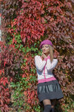 Piękna słodka dziewczyna w berecie i spódnicie chodzi wśród jaskrawego czerwonego koloru liście w jesień parka jaskrawym słoneczn obrazy royalty free