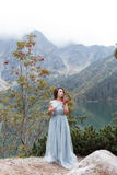 Piękna słodka dziewczyny panna młoda w jej ślubnej sukni lekkim powietrzu w górach blisko jeziora, piękny krajobraz góry Obraz Royalty Free
