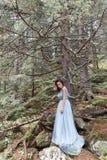 Piękna słodka dziewczyny panna młoda w jej ślubnej sukni lekkim powietrzu w górach blisko jeziora, piękny krajobraz góry Obrazy Stock