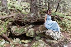 Piękna słodka dziewczyny panna młoda w jej ślubnej sukni lekkim powietrzu w górach blisko jeziora, piękny krajobraz góry Zdjęcia Stock