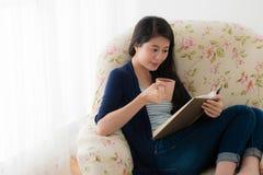Piękna słodka kobiety mienia ceramics filiżanka Fotografia Royalty Free