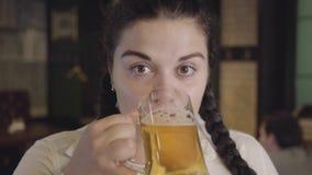 Piękna słodka tłuściuchna dziewczyna kelnerka napisał piwie z szkła podczas gdy nikt widzii je Humor przy pubem zbiory