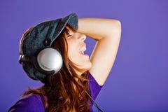 piękna słuchająca muzyczna kobieta zdjęcia stock
