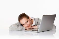 Piękna 20s biznesowa dziewczyna lub żeński uczeń ono uśmiecha się obok laptopu Fotografia Stock