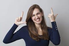 Piękna 20s dziewczyna cieszy się toothy LOL z elegancją Zdjęcia Stock