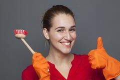 Piękna 20s dziewczyna dla zabawy cleaning pojęcia Zdjęcia Royalty Free