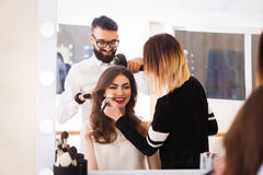 Piękna salon, makeup i tytułowanie w, salonie, fryzjerach i makijażu artyście, zdjęcie stock