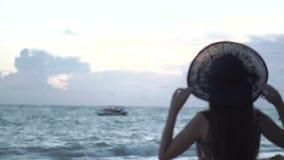 Piękna samotna dziewczyna na plaży zbiory wideo
