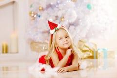 Piękna Santa mała dziewczyna blisko choinki Szczęśliwi dziewczyn wi Obraz Stock
