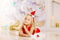 Piękna Santa mała dziewczyna blisko choinki Szczęśliwi dziewczyn wi Zdjęcia Stock