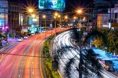 Piękna scena kolor nocy światła ruchu na drodze w Phitsanulok mieście zdjęcie royalty free