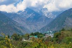 Piękna sceneria chmury i góry zakrywający z lasem obraz royalty free