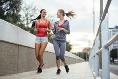 Piękna sceneria dwa żeńskiego joggers obraz royalty free