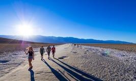 Piękna sceneria przy Śmiertelnym Dolinnym 23 parka narodowego Kalifornia, Badwater słonym jeziorem - ŚMIERTELNA dolina KALIFORNIA Obraz Stock