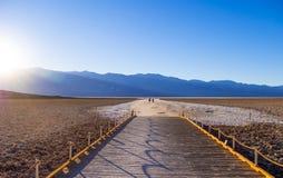Piękna sceneria przy Śmiertelnym Dolinnym 23 parka narodowego Kalifornia, Badwater słonym jeziorem - ŚMIERTELNA dolina KALIFORNIA Obrazy Stock