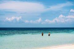 Pi?kna sceneria przy pla?? w Sibuan wyspie, jeden wyspy w Semporna Tun ?o?nierz piechoty morskiej Sakaran parku fotografia stock