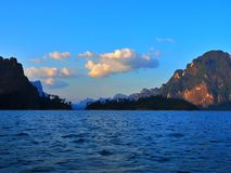 Piękna sceneria wśród Chiao Lan tamy, Tajlandia fotografia stock