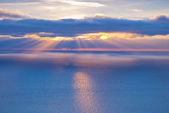 Piękna sceneria z chmurami i sunbeams Obrazy Stock
