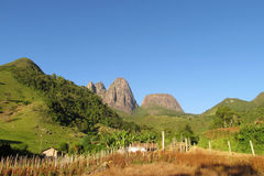Piękna sceneria zielony las, pole i gładzi skały Obraz Royalty Free