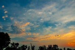 Piękna scenerii mieszanka błękitny i żółty niebo podczas zmierzchu w wieczór zdjęcia royalty free