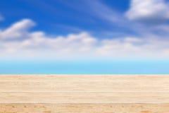 Piękna seascape pod błękitem chmurnieje niebo Zdjęcie Stock