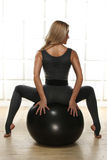 Piękna seksowna blondynka z perfect sportową szczupłą postacią angażującą w joga, ćwiczeniu lub sprawności fizycznej, prowadzi zd Obraz Stock