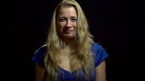 Piękna Seksowna blondynki dziewczyna w błękit sukni Zaskakuje i Excited w studiu z Czarnym tłem zdjęcie wideo