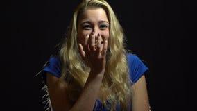 Piękna Seksowna blondynki dziewczyna w błękit sukni Zaskakuje i Excited w studiu z Czarnym tłem zbiory