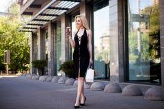 Piękna seksowna blondynki dziewczyna w przypadkowych ubraniach z perfect postaci odprowadzeniem wokoło miasta Moda i miasto styl  Fotografia Stock