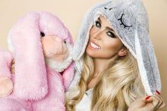 Piękna seksowna blondynki kobieta jest ubranym piżamę, królika kostium, ono uśmiecha się szczęśliwie Obrazy Royalty Free