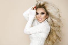 Piękna, seksowna blondynki kobieta z długie włosy, będący ubranym jaskrawą suknię Fotografia Stock