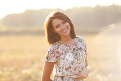 Piękna seksowna brunetki kobieta outdoors na zmierzchu Zdjęcie Royalty Free