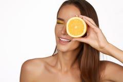 Piękna seksowna brunetki kobieta z cytrusem na białym tle, zdrowy jedzenie, smakowity jedzenie, organicznie dieta, uśmiecha się z Fotografia Stock
