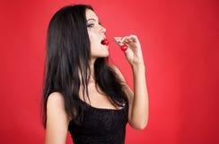 Piękna seksowna brunetki kobieta z wiśnią Obrazy Stock