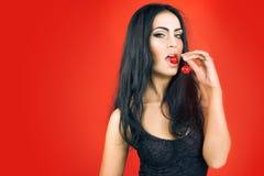 Piękna seksowna brunetki kobieta z wiśnią Obraz Stock