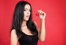 Piękna seksowna brunetki kobieta z wiśnią Obrazy Royalty Free