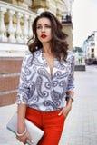 Piękna seksowna brunetki kobiety spaceru ubrań mody przyjęcia ulica obraz stock