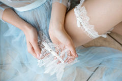 Piękna seksowna dama w eleganckim błękitnym kontuszu i podwiązce Zdjęcia Stock