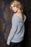 Piękna seksowna dziewczyna z blondynem z jaskrawym makeup smokey okiem demonstruje kurtkę odziewa dla katalogu Zdjęcie Royalty Free