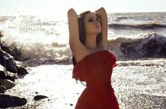 Piękna seksowna dziewczyna z ciemnym włosy w eleganckiej czerwieni sukni Zdjęcie Royalty Free