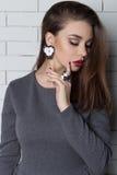 Piękna seksowna elegancka modna kobieta z jaskrawym wieczór makijażem z dużymi wargami tłuściuchnymi demonstruje Handmade biżuter Fotografia Royalty Free