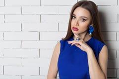Piękna seksowna elegancka modna kobieta z jaskrawym wieczór makijażem z dużymi wargami tłuściuchnymi demonstruje Handmade biżuter Obraz Stock
