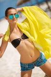 Piękna seksowna kobieta relaksuje na tropikalnej plaży Obrazy Royalty Free