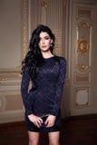 Piękna seksowna kobieta w eleganckiej sukni jesieni modnej kolekci wiosny brunetki ciała postaci długi włosiany makeup garbnikują Fotografia Stock