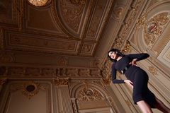 Piękna seksowna kobieta w eleganckiej sukni jesieni modnej kolekci wiosny brunetki ciała postaci długi włosiany makeup garbnikują Obraz Royalty Free